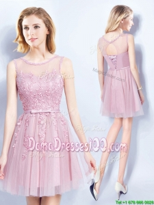 Lovely See Through Scoop Belted Short Dama Dress with Appliques