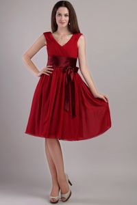 V-neck Zipper-up Wine Red Quinceanera Dama Dress with Sash