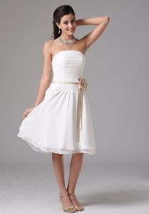 Strapless Knee-length Ruched White Dresses For Damas with Sash
