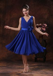 V-neck Knee-length Ruched Royal Blue Damas Dress with Flower