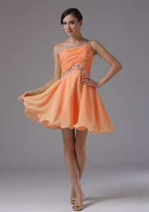 One Shoulder Ruches Beaded Orange Short Dama Dress with Curly Hem