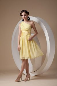 2014 One Shoulder Ruched Light Yellow Knee-length Dama Dress