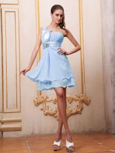 Light Blue One Shoulder Dama Dress for Quinceaneras with Beading